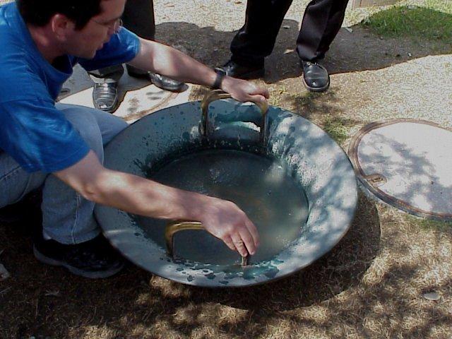 מתקן בצורת כלי מתכת מלא מים