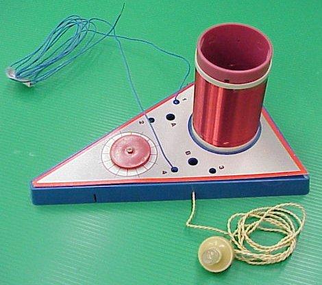 קיט המכיל את החלקים לבניית מקלט רדיו גביש 2