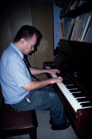עיוור מנגן בפסנתר