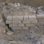 אבני החומה הצפונית של מיצד עתרת מוסטות אופקית על ידי העתק