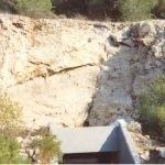 סדקים בסלע שמעל מערת שורק