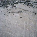 משטח סלע שלוטש ונחרץ על ידי קרח שהיה בתנועה על גביו בעבר